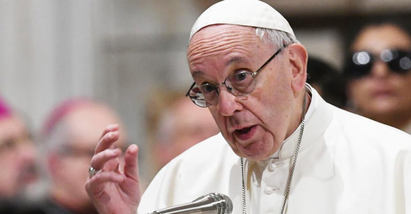 papa francisco exhortando con microfono rostro serio