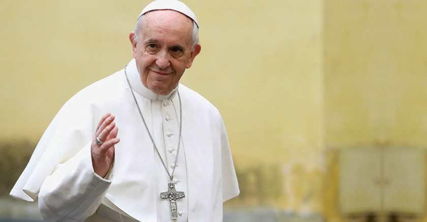 papa francisco fondo amarillo claro proteger la vida victimas de guerra