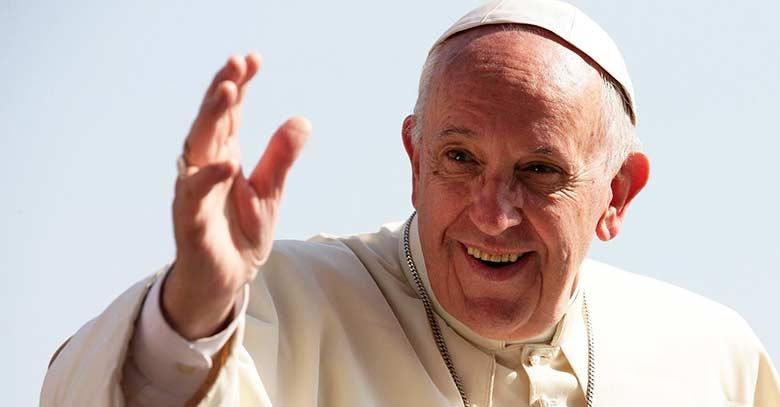 papa francisco fondo azul sonriendo levantando mano