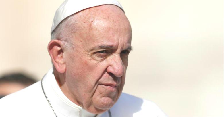 papa francisco gesto serio solideo vestido de blanco