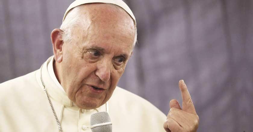 papa francisco habla con un microfono en una mano levanta su dedo serio