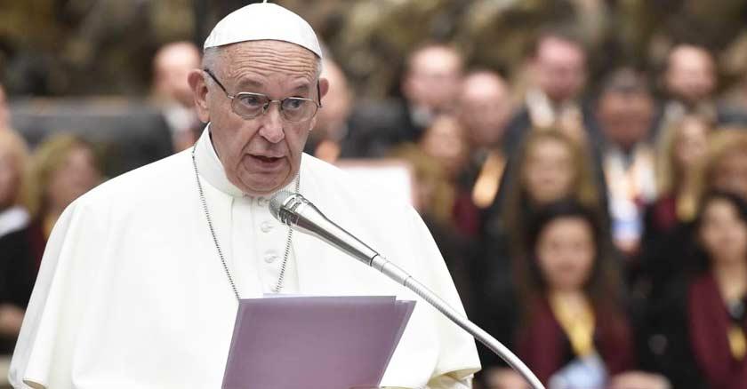 papa francisco hablando a los fieles con microfono publico de fondo