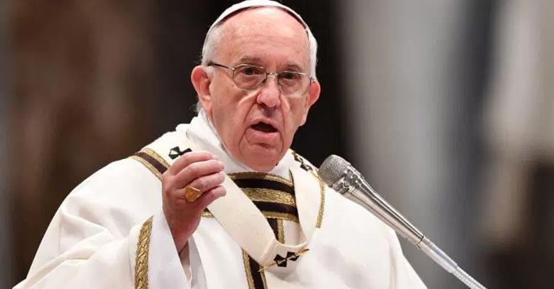 papa francisco hablando desde microfono
