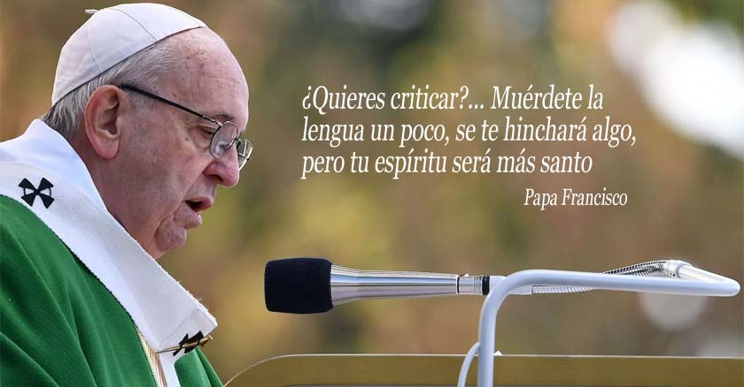 papa francisco hablando por microfono vestimenta verde cristicar lengua