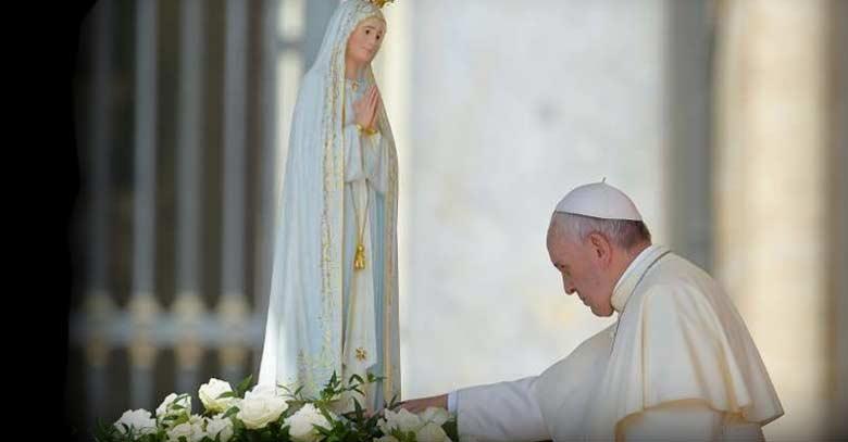 papa francisco imagen estatua virgen de fatima rosas