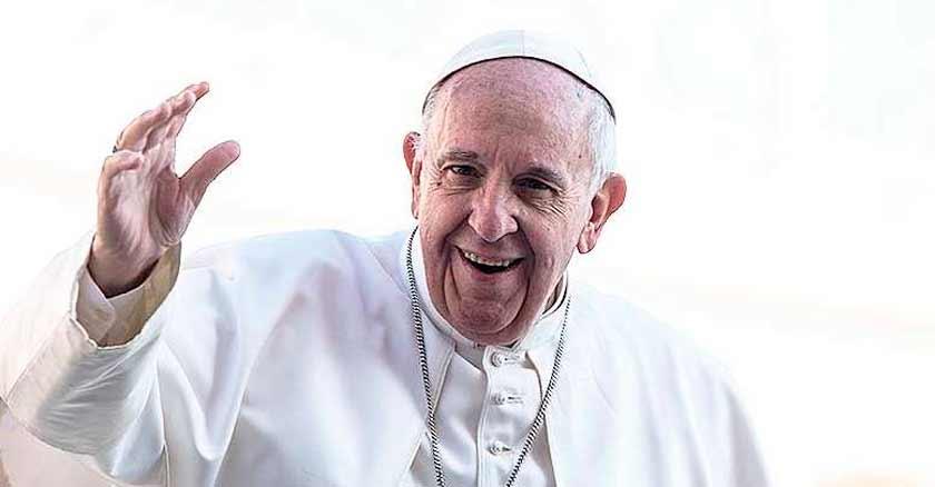 papa francisco la misericordia de dios abre el corazon saluda mano levantada