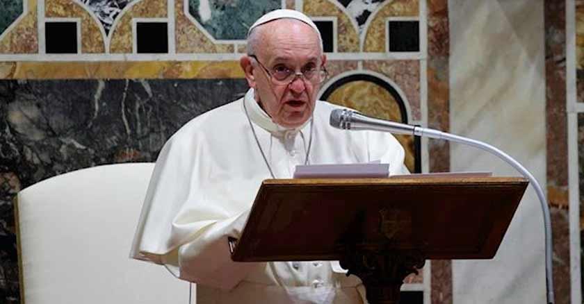 papa-francisco-lee-biblia-indiferencia-forma-de-odiar-a-los-demas.jpg