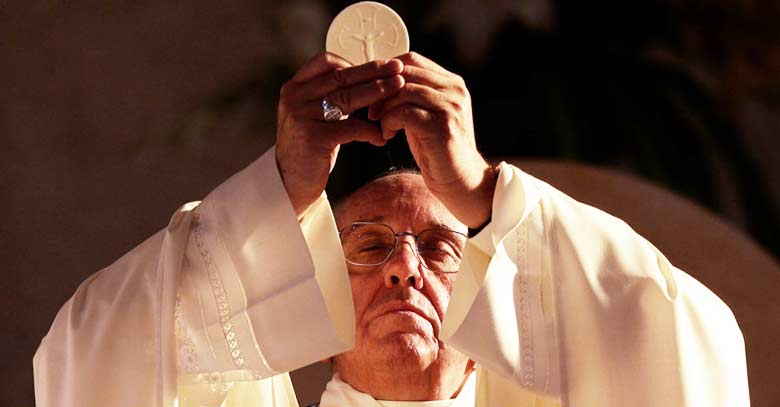 papa francisco levanta hostia consagrada eucaristia en santa misa