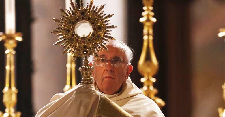 papa francisco levanta jesus sacramentado sagrario santa misa