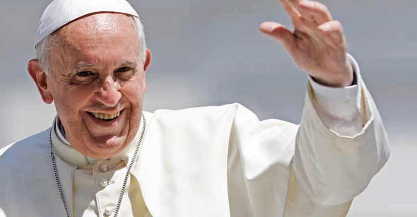 papa francisco levanta mano saluda sonrie grande es la misericordia de Dios