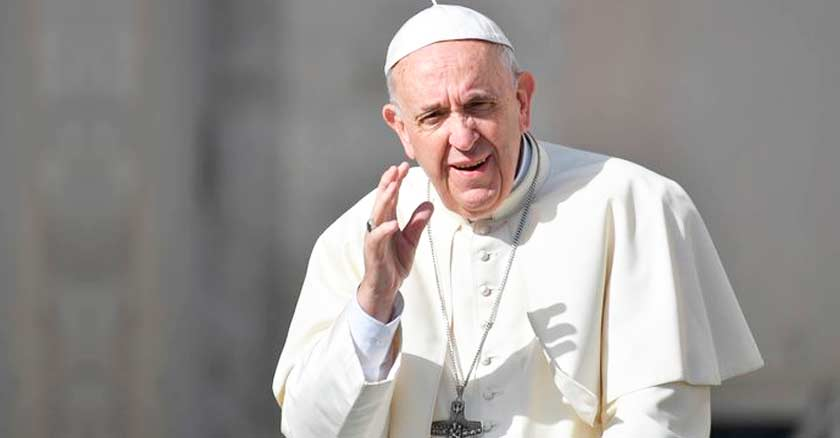 papa francisco levanta su mano fondo gris oracion padrenuestro padre nuestro