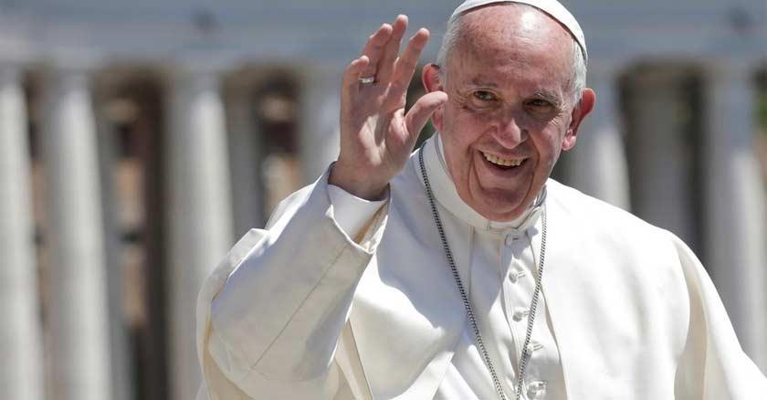 papa francisco levanta su mano para saludar a los fieles sonrie sonrisa