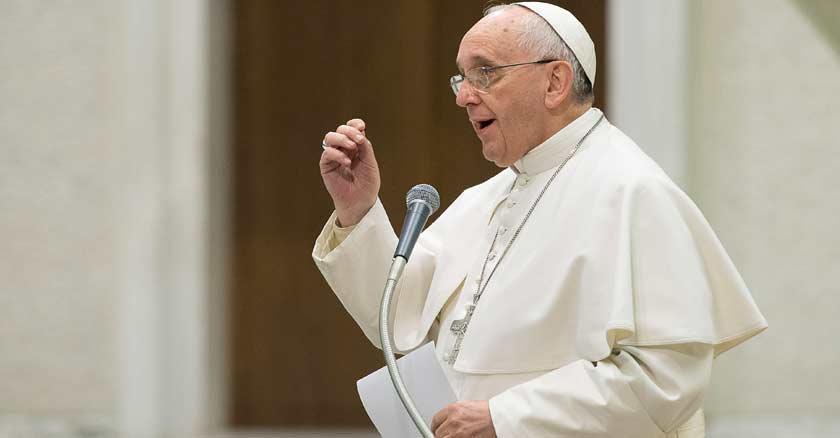 papa francisco levantando su mano discurso papeles en mano vaticano
