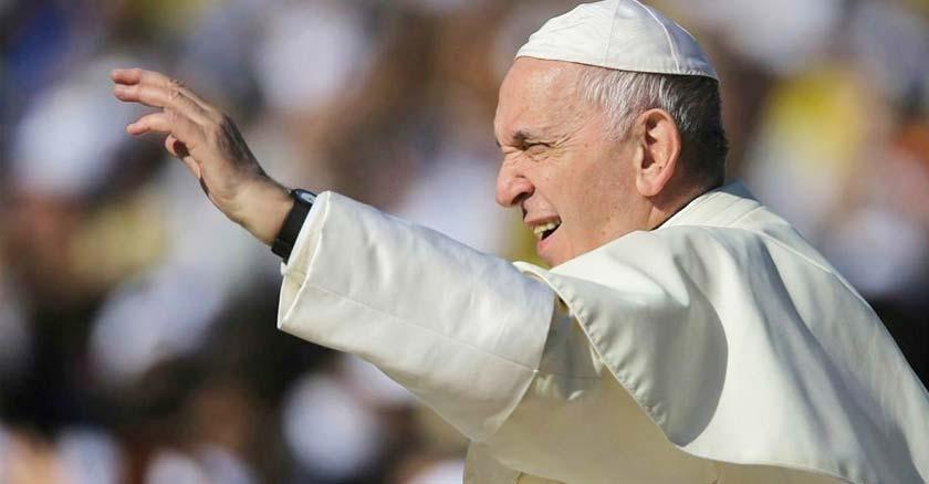 papa francisco levantando su mano saluda desde plaza de san pedro vaticano