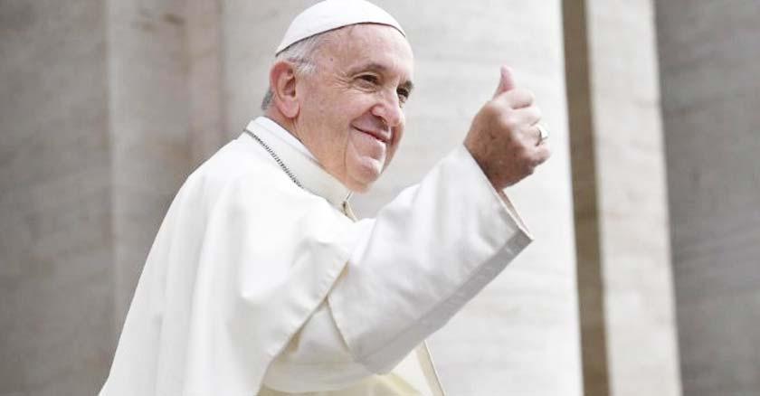 papa francisco levantando su pulgar mientras sonrie muestra agradecimiento
