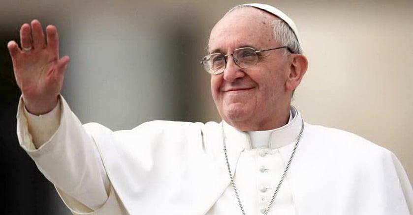 papa francisco mano levantada sonrie