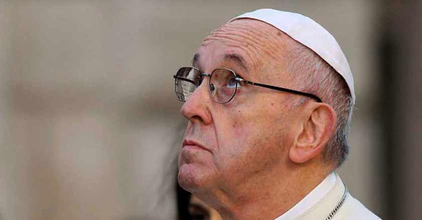 papa-francisco-mira-hacia-arriba-reza-por-victimas-de-tifon-en-filipinas.jpg