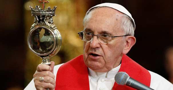 papa francisco mira relicario licuefaccion sangre san genaro