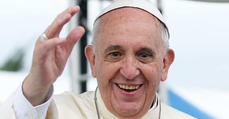 papa francisco mirando de frente con gran sonrisa y saludo