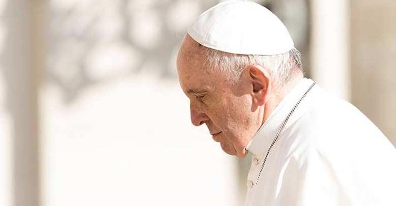 papa francisco mirando hacia abaja caminando