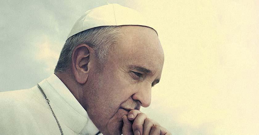 papa francisco mirando hacia abajo pensativo mano sobre menton