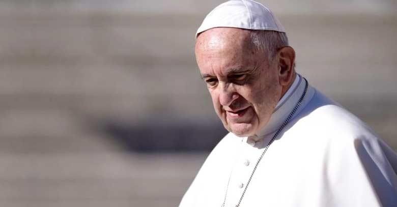 papa francisco mirando hacia abajo rostro serio