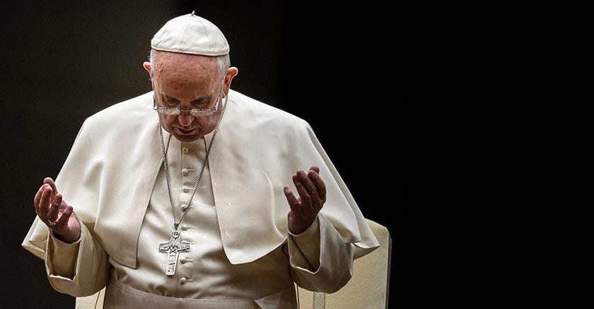 papa francisco orando palma de manos hacia el cielo fondo negro