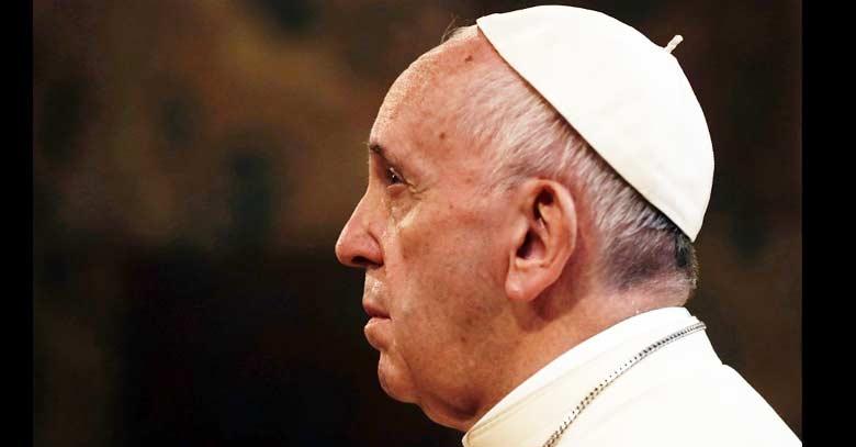 papa francisco perfil mirada arriba fondo oscuro