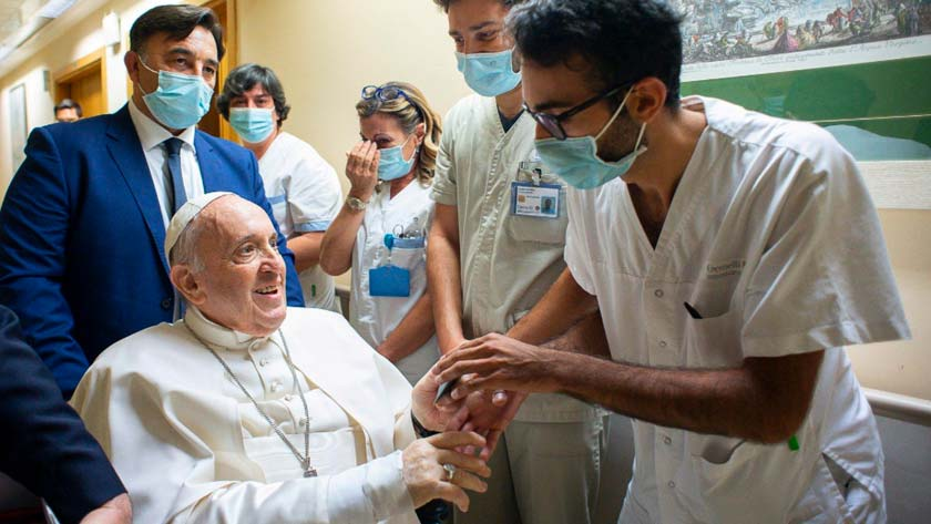 papa francisco permanece hospital mas dias estenosis diverticular