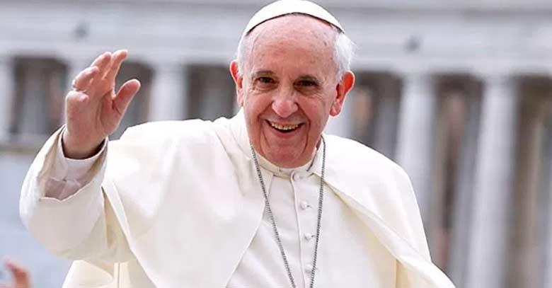 papa francisco plaza de san pedro sonrie saludando