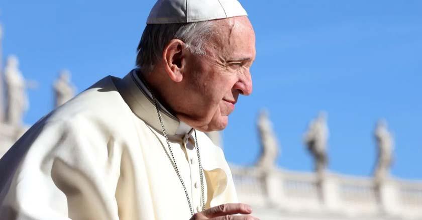 papa francisco rostro de perfil fondo plaza de san pedro vaticano cielo azul