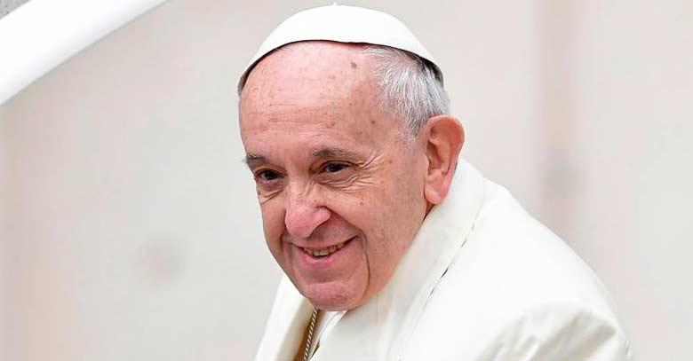 papa francisco rostro noble con sonrisa desde papamovil plaza de san pedro