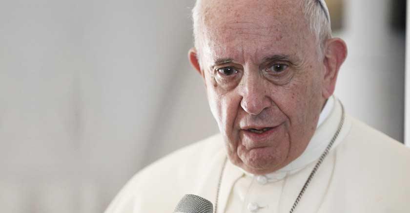 papa francisco rostro preocupado hablando microfono desde avion papal vuelo