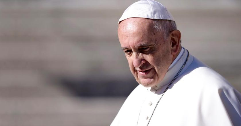 papa francisco rostro serio fondo gris