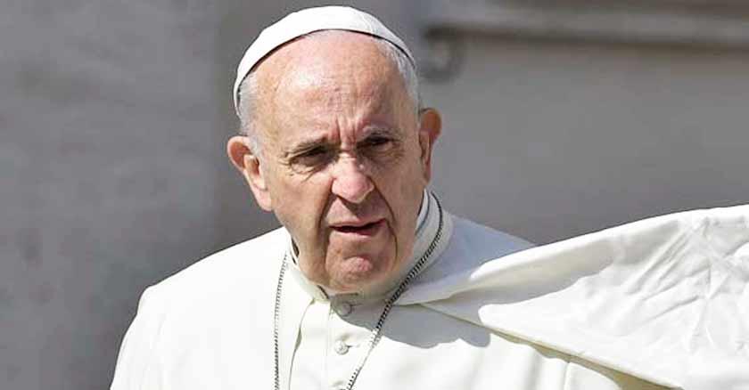 papa francisco rostro serio lengua que insulta a los demas