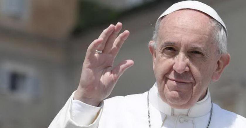 papa francisco saluda brazo arriba plaza san pedro