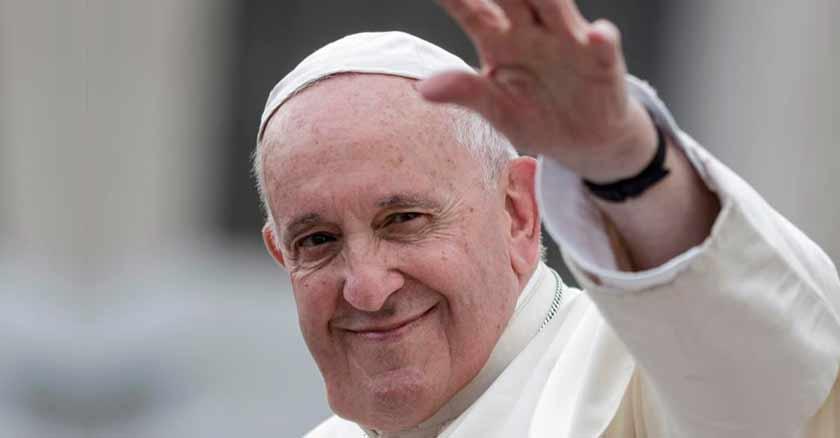 papa francisco saluda con su mano la misericodia de Dios