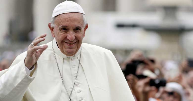 papa francisco saluda entre multitud reunida