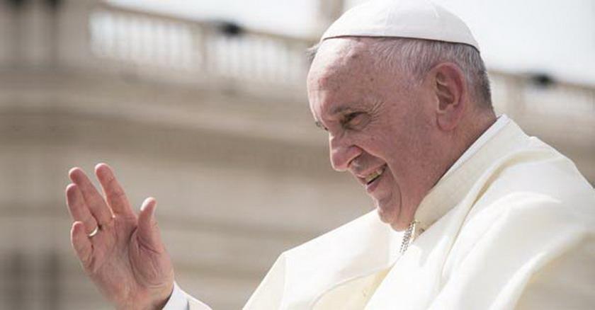 papa francisco saluda plaza vatican terapia de la esperanza