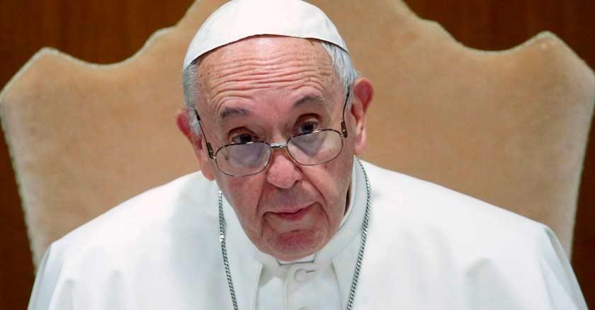 papa francisco santo padre sentado en silla pobres debiles indeseables