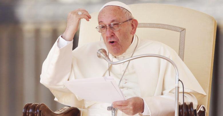 papa francisco sentado enojado silla papal