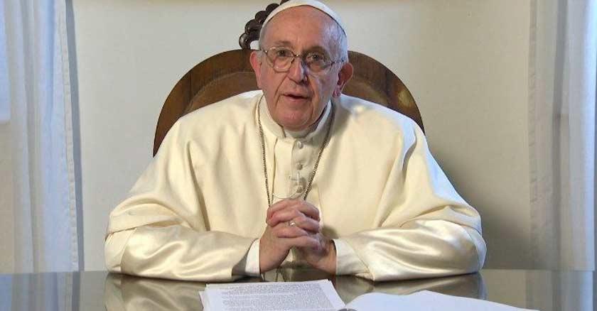 papa francisco sentado escritorio hablando por video mensaje abuso de menores