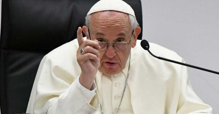 papa francisco sentado senalando con su dedo exhortacion