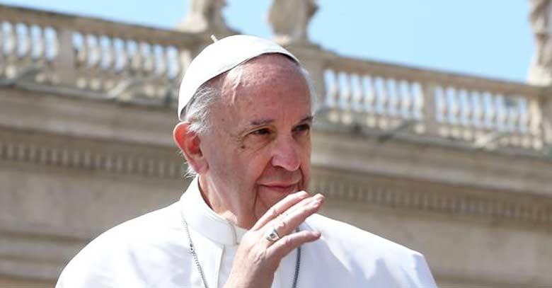 papa francisco serio saluda fondo estatuas plaza san pedro