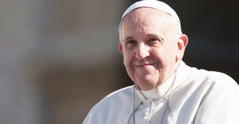 papa francisco sonrie fondo oscuro