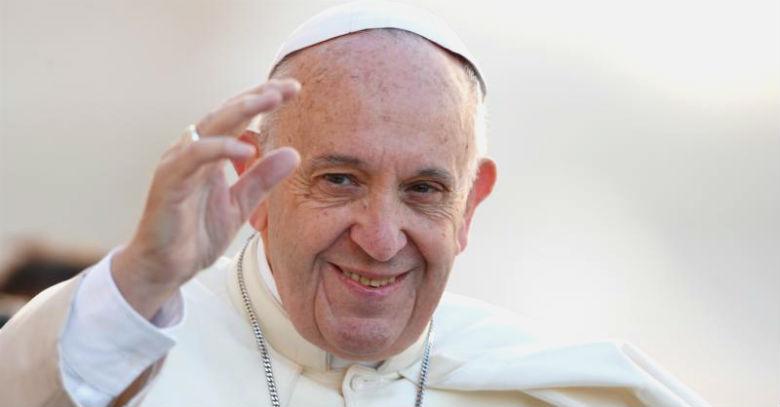 papa francisco sonrie saluda