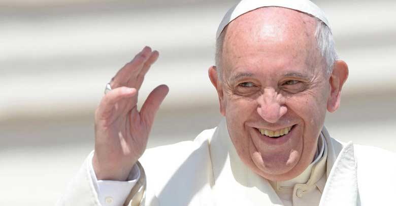 papa francisco sonrie saluda mano arriba