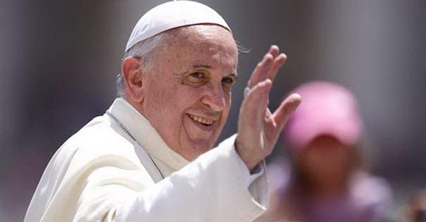 papa francisco sonrie saludo mano arriba