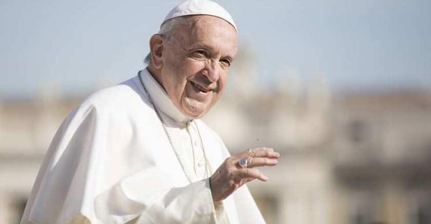 papa francisco sonriendo fondo azul cielo plaza de san pedro