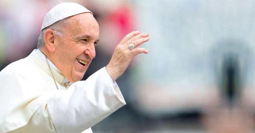 papa francisco sonriendo levantando su mano saludando espiritu santo